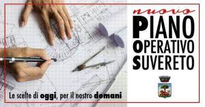 Due mani che tengono in mano lapis e squadretta sopra una cartina con dei disegni tecnici
